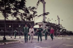 1974年シンガポール遠征 スタジアム前で
