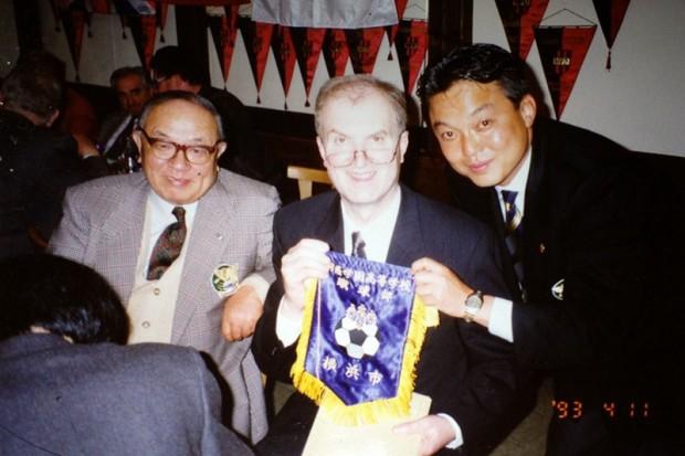 桐蔭学園理事長だった故・鵜川昇氏(左)と。1993年のドイツ遠征時。